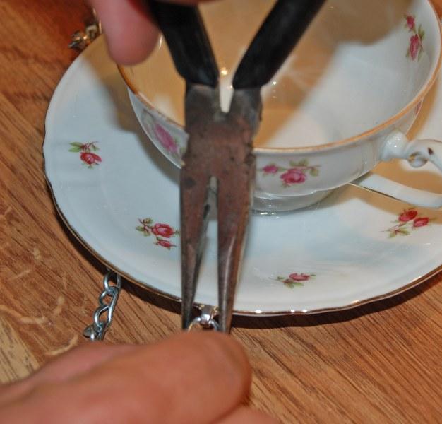 dsc 0201 626x6001 DIY Teacup Bird Feeder